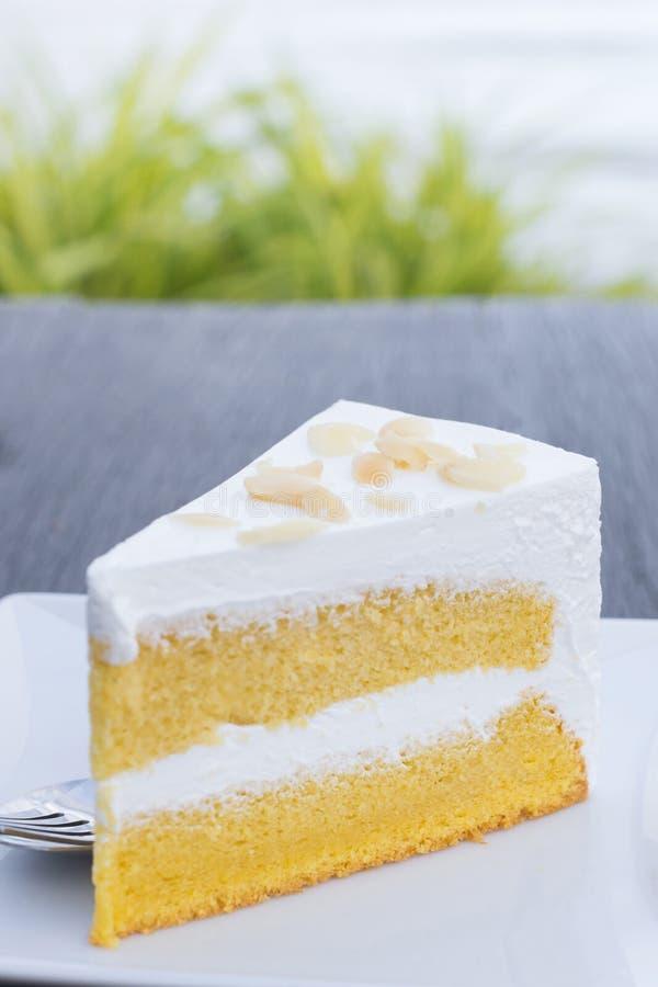 Room botercake in witte schotel op houten lijst met overzeese achtergrond royalty-vrije stock foto