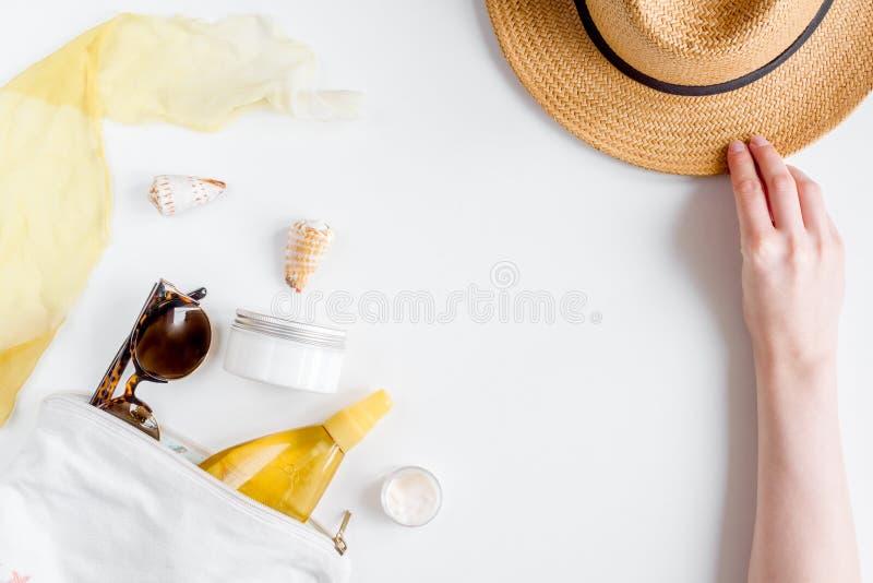 Room en lotionschoonheidsmiddel voor zonbescherming op witte hoogste mening als achtergrond royalty-vrije stock fotografie
