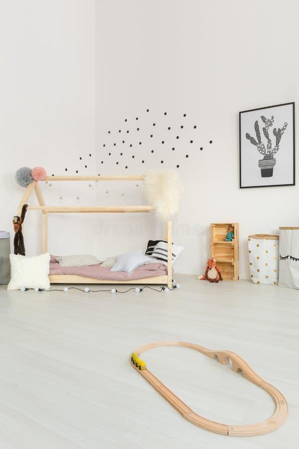 Room-gekleurde gevoelige babyslaapkamer stock foto's