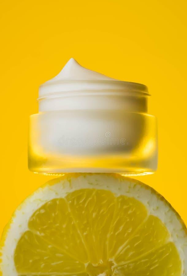 Room met verse vruchten, schoonheidsmiddel, limon stock foto