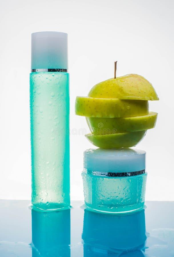 Room met verse vruchten, schoonheidsmiddel, water, appel, plons, actie, royalty-vrije stock foto