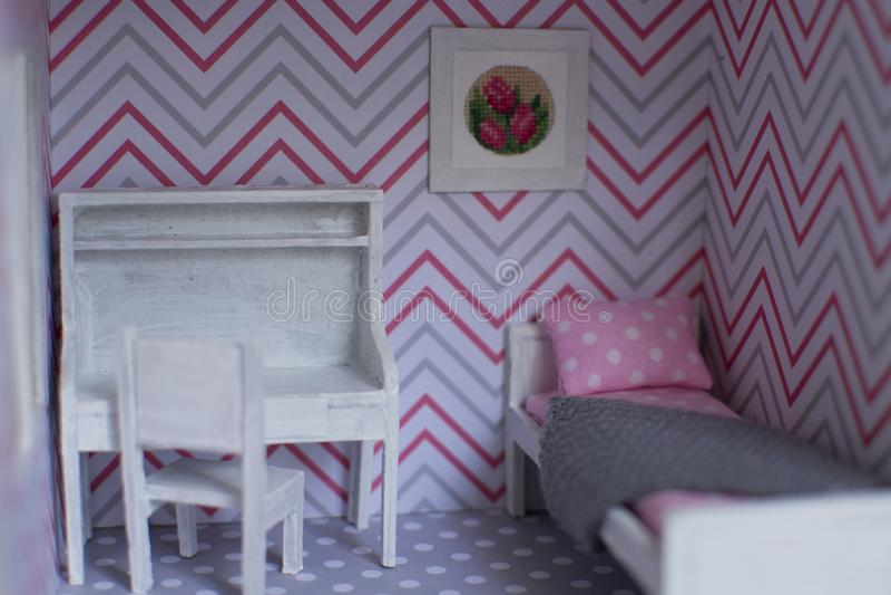 Roombox flickas rum på en mindre skala royaltyfria bilder