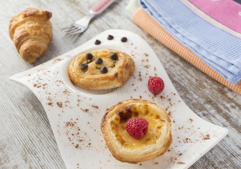 Roomcake en bladerdeeg met frambozen en chocolade Crois royalty-vrije stock afbeelding