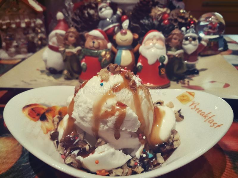 Roomijs in chocolade op de achtergrond van Nieuwjaar` s speelgoed royalty-vrije stock afbeeldingen