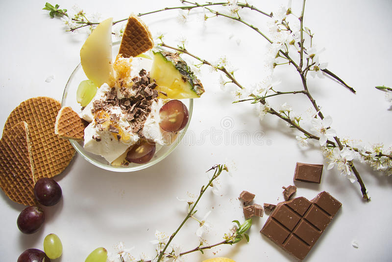 Roomijs, chocoladereep en waffers royalty-vrije stock afbeelding