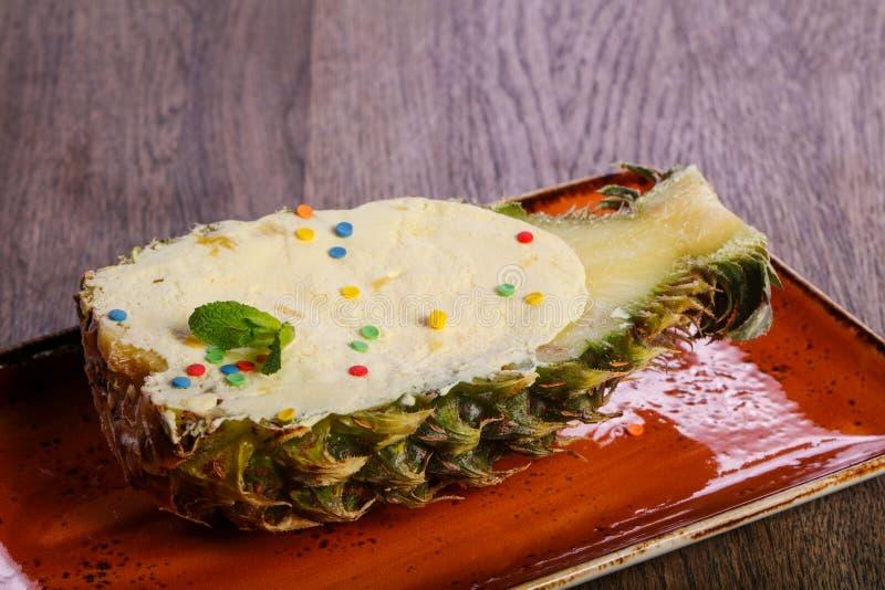 Roomijs in de ananas stock fotografie