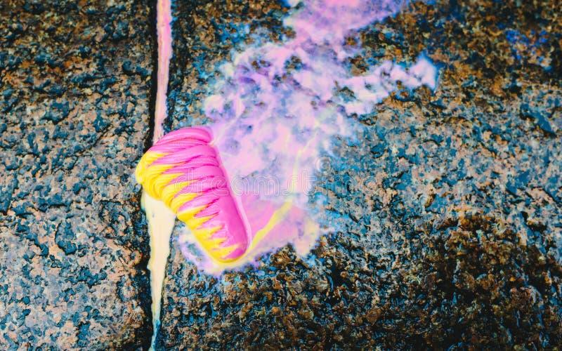 Roomijs ter plaatse - kleurrijk die roomijs op de de steenvloer en smelting wordt gelaten vallen op grond royalty-vrije stock foto's