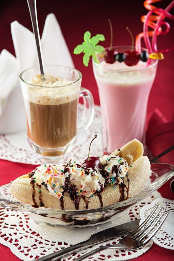 Roomijsijscoupe, Banaanspleet, milkshake en coctail royalty-vrije stock foto's