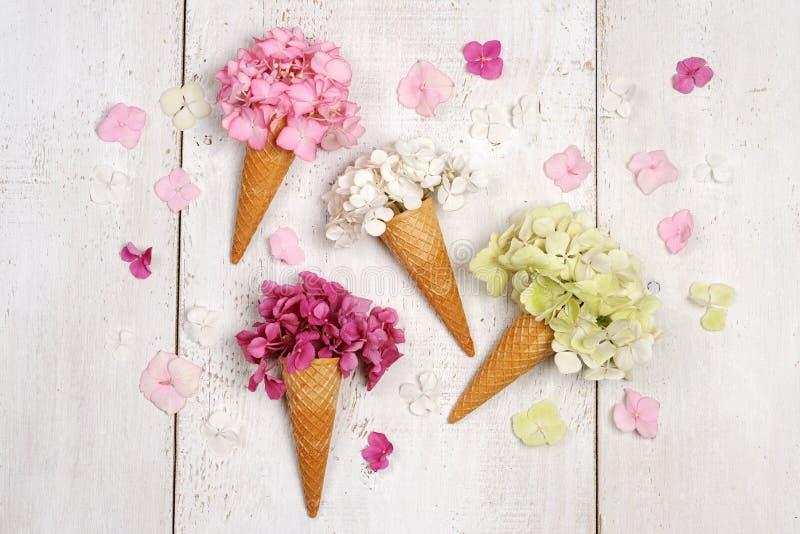 Roomijskegels met mooie bloemen royalty-vrije stock afbeelding