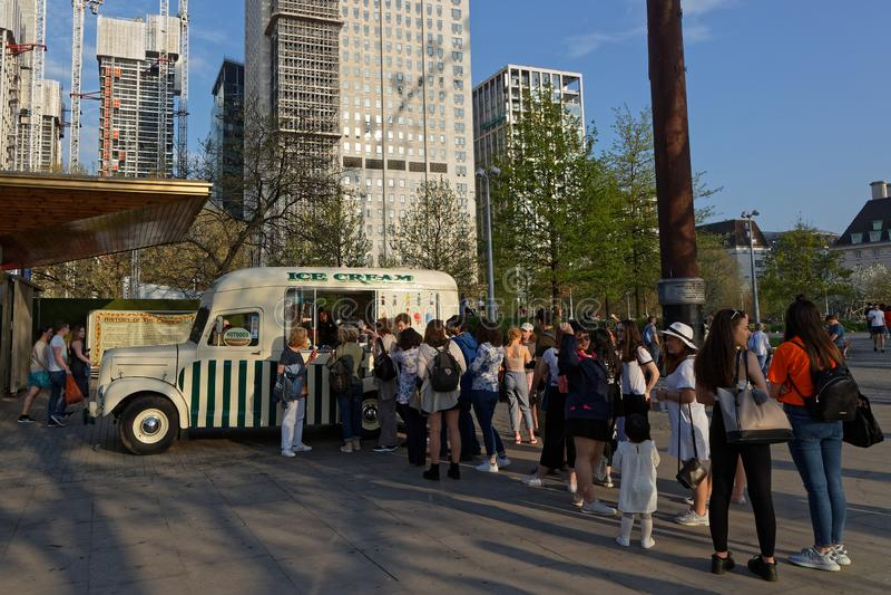 Roomijsvrachtwagen in Zuidenbank op een zonnige dag stock afbeeldingen