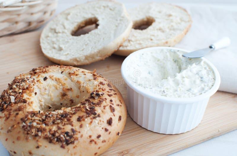 Roomkaas die voor ongezuurde broodjes wordt uitgespreid royalty-vrije stock afbeeldingen