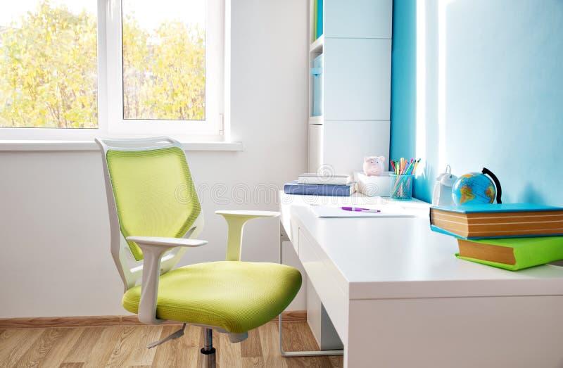 Rooom colorido de los niños con las paredes y los muebles blancos fotos de archivo libres de regalías
