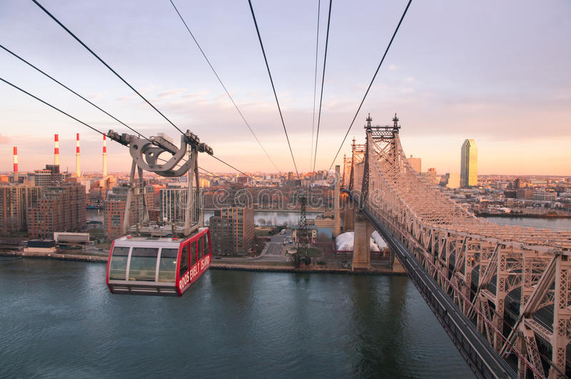 Roosevelt Island Tramway au coucher du soleil photo stock