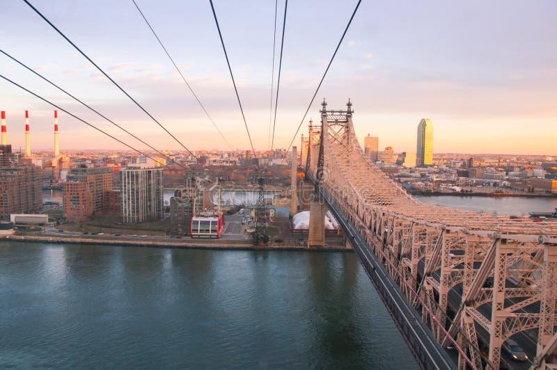 Roosevelt Island Tramway bij zonsondergang stock foto