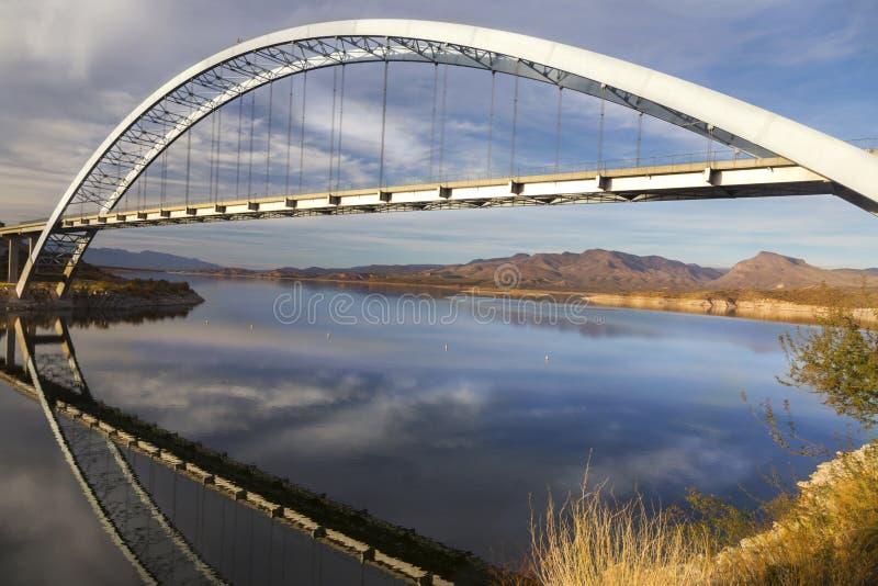 Roosevelt Lake Bridge à l'extrémité de la traînée d'Apache en montagnes de superstition de l'Arizona image stock
