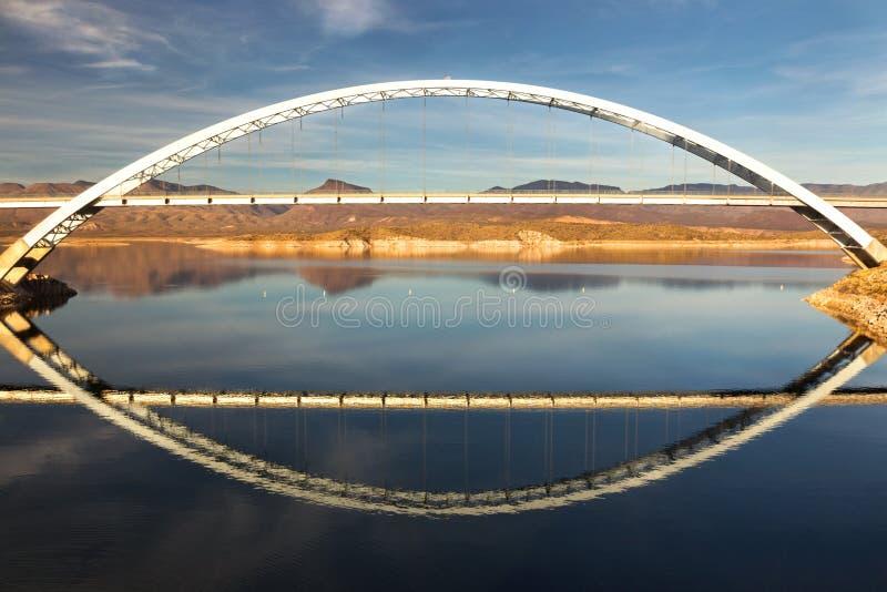 Roosevelt Lake Bridge op eind van Apache-Sleep in het Bijgeloofbergen van Arizona stock foto's