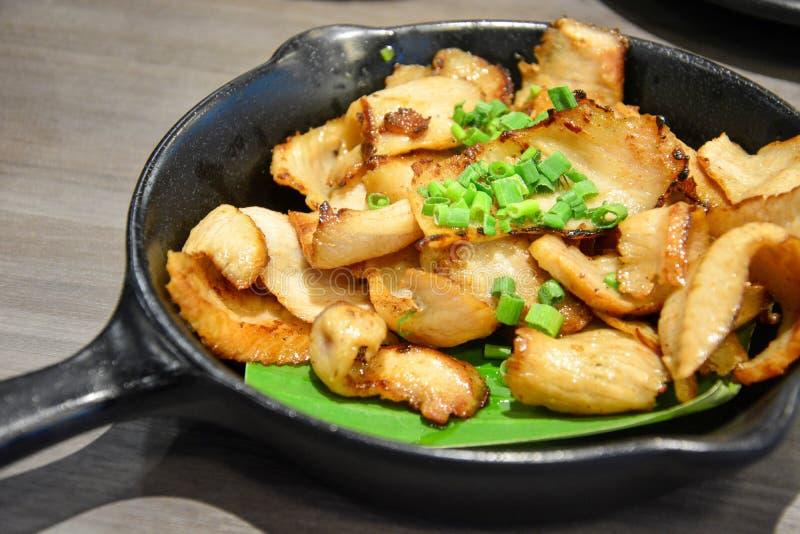 Roosterde het straat Thaise voedsel, gesneden houtskool-gekookte varkensvleeshals, varkensvleeshals met gesneden groene uien op d royalty-vrije stock fotografie