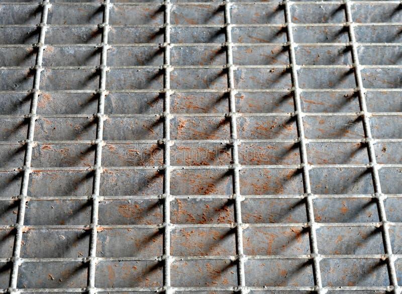 Roosterdekking voor industrieel onweersafvoerkanaal, stock afbeeldingen