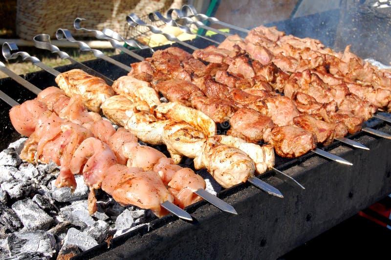 Roosteren gemarineerd shashlik op een grill Shashlik is een vorm van Kebab populair in Oostelijk, Midden-Europa en andere plaatse royalty-vrije stock afbeelding