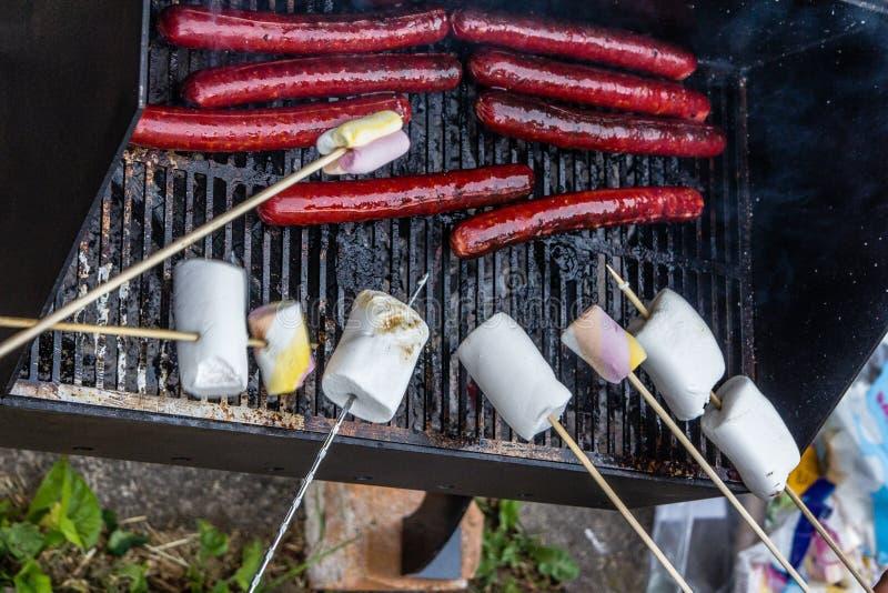 Roosterende hotdogs en heemst stock afbeeldingen