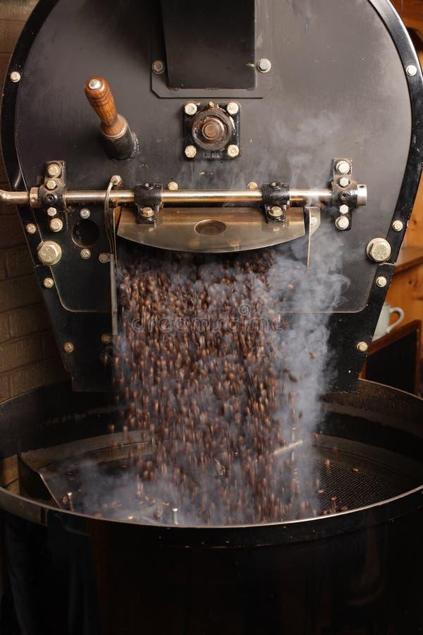 Roosterende koffiebonen royalty-vrije stock afbeeldingen