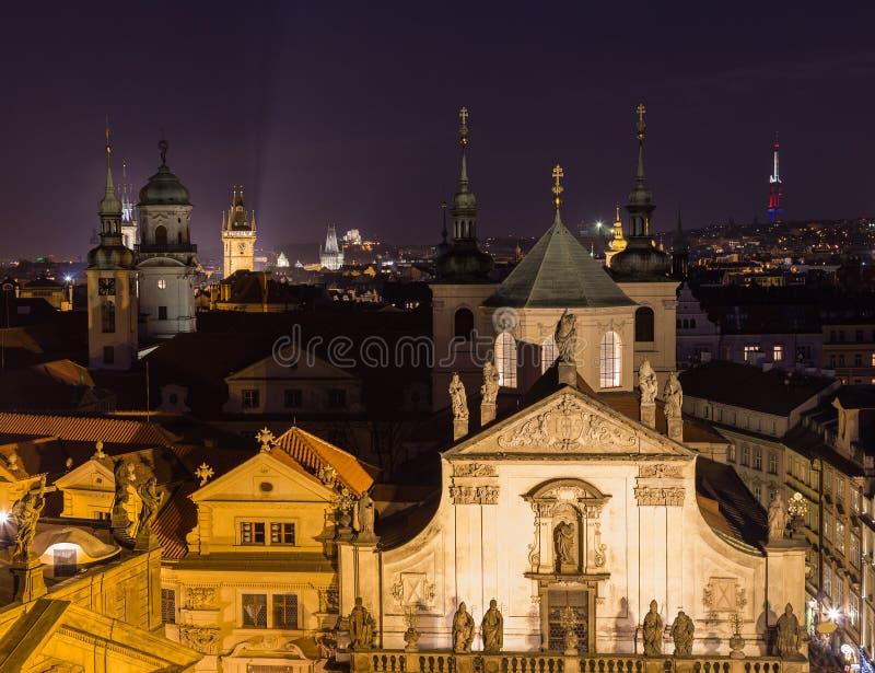 Rootops ed architettura a Praga alla notte immagine stock