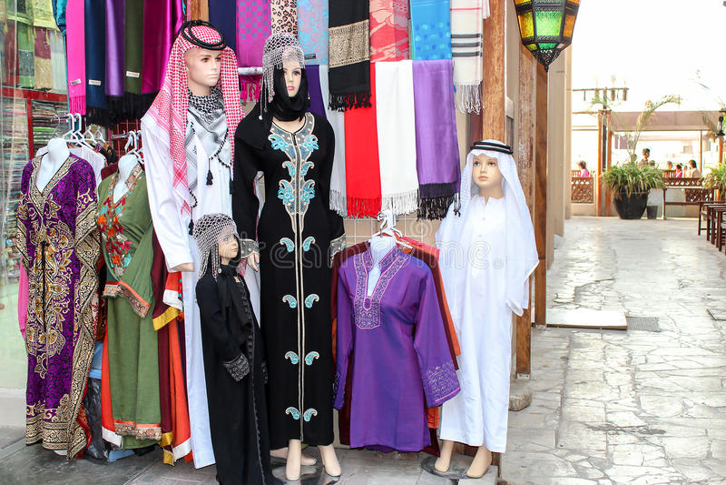 Ropa árabe nacional para la familia entera en maniquíes El museo de M foto de archivo