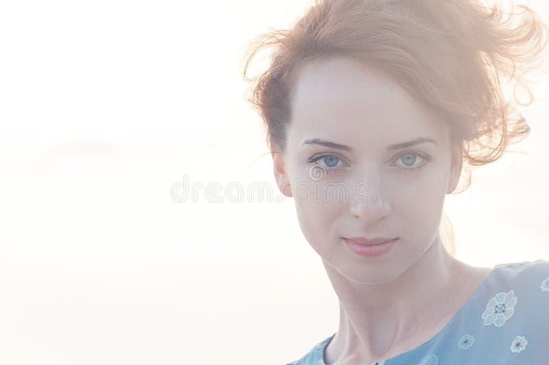Ropa azul de la mujer joven de la belleza, mirada de la moda del verano fotografía de archivo libre de regalías
