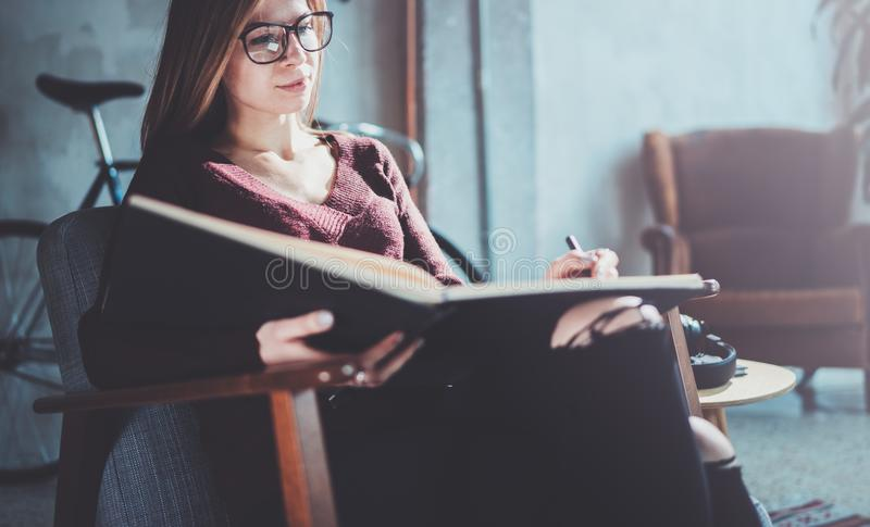 Ropa casual de los vidrios de la chica joven que lleva hermosa que lleva a cabo las manos de libro Sentada rubia de la mujer en l fotos de archivo libres de regalías