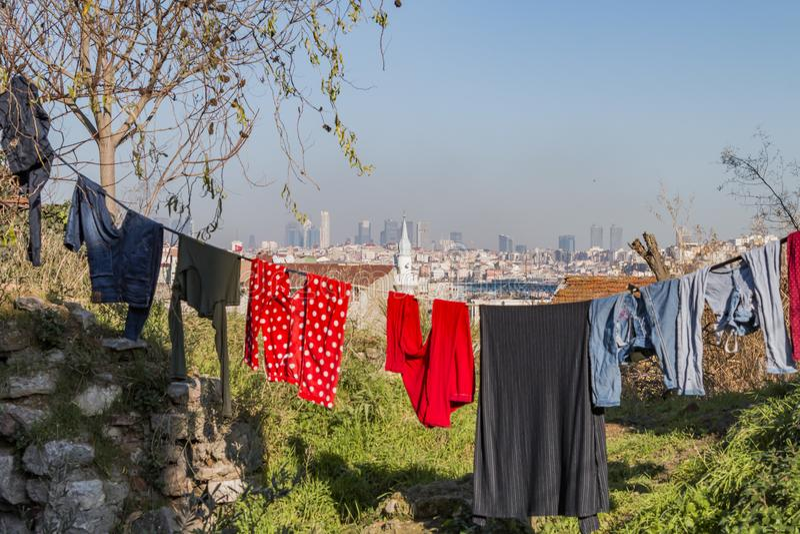 Ropa colorida en una línea y un sol del lavadero que brillan fotografía de archivo