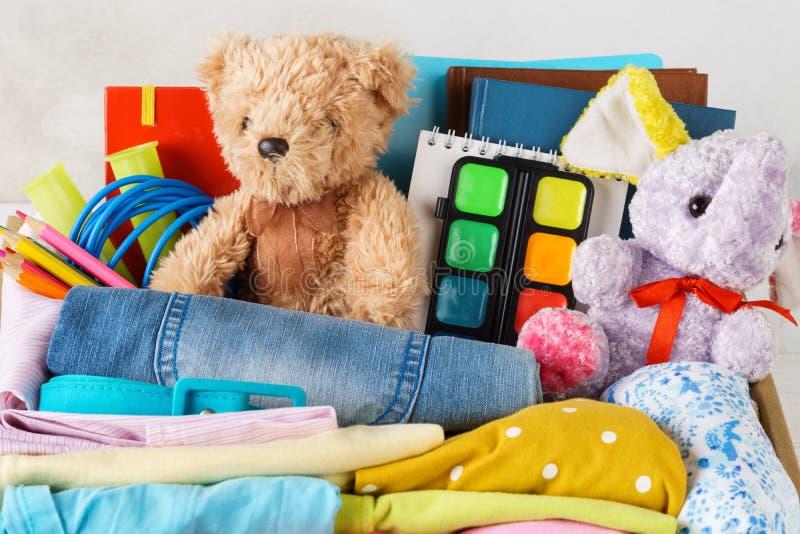 Ropa colorida para los niños o adolescentes, juguetes y efectos de escritorio imagen de archivo