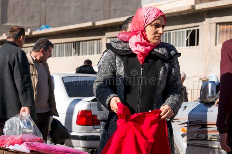 Ropa de compra de la mujer iraquí que lleva un Hijab islámico fotografía de archivo libre de regalías