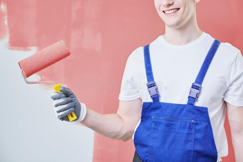 Ropa de funcionamiento del pintor de casas que lleva imagen de archivo libre de regalías