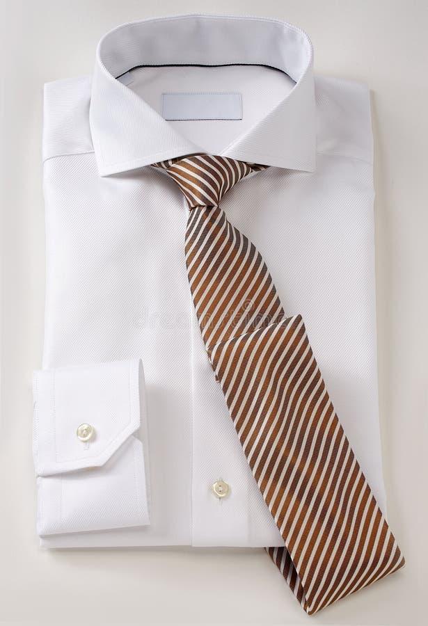Ropa de la camisa de los hombres con el lazo aislado en blanco fotografía de archivo
