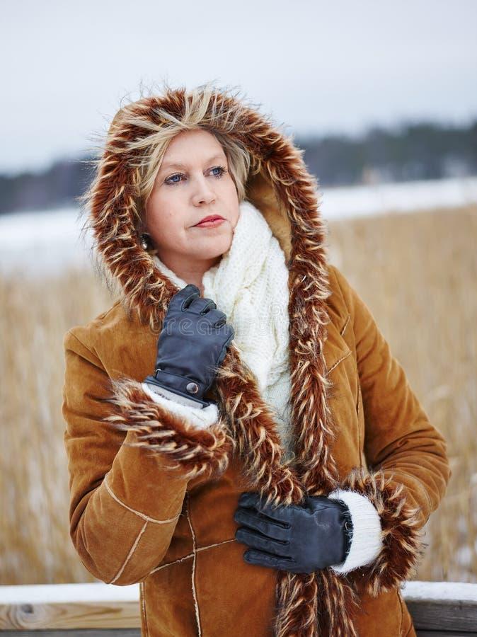 Ropa de la mujer de moda y del invierno - escena rural imagen de archivo libre de regalías