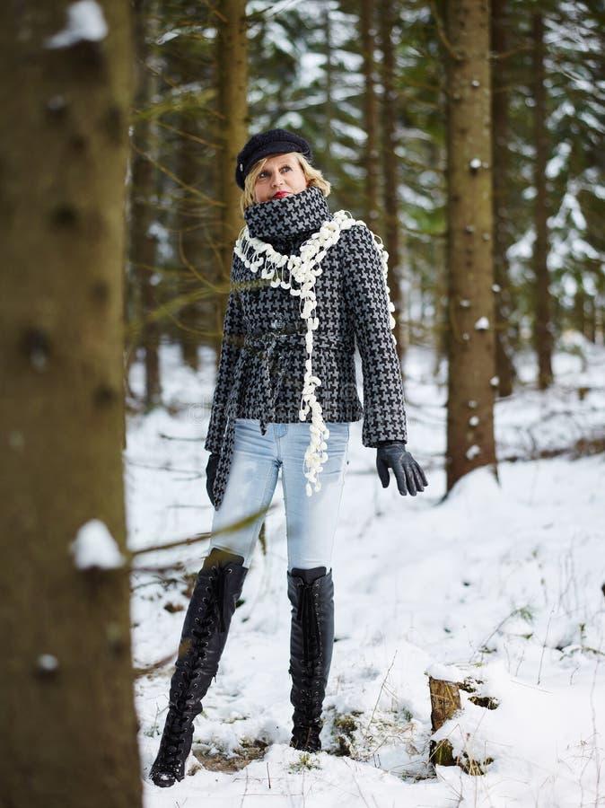 Ropa de la mujer de moda y del invierno - escena rural fotografía de archivo libre de regalías