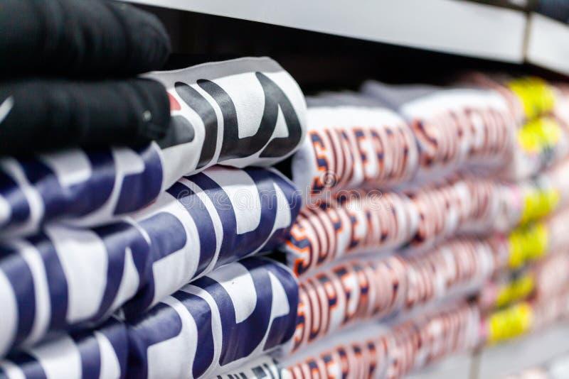 Ropa de las mentiras de Fila y de Superdry en una tienda de ropa en Alanya, Turquía imagenes de archivo