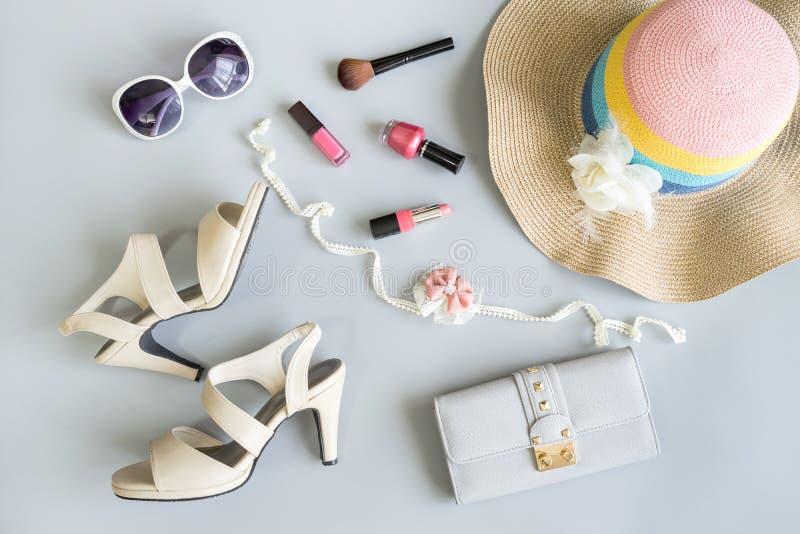 Ropa de las mujeres del verano de la moda fijada con los cosméticos foto de archivo libre de regalías