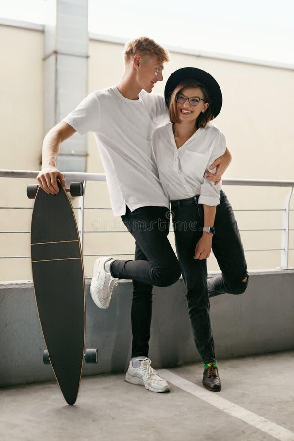 Ropa de moda casual Los jóvenes se juntan en ropa elegante dentro foto de archivo libre de regalías