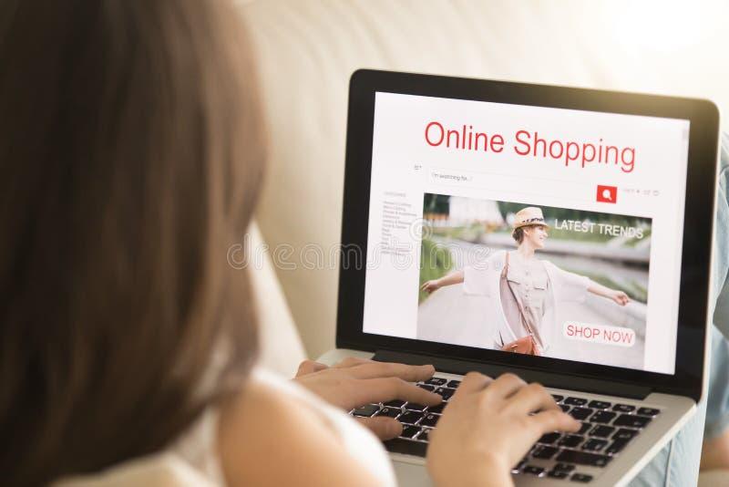Ropa de moda que hace compras de la mujer en tienda en línea fotografía de archivo libre de regalías