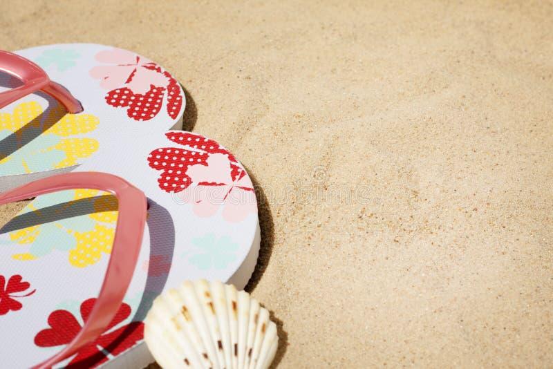 Ropa de playa en el fondo de las vacaciones del día de fiesta del mar imagenes de archivo