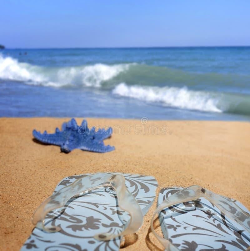 Ropa de playa en el fondo de las vacaciones del día de fiesta del mar fotografía de archivo libre de regalías