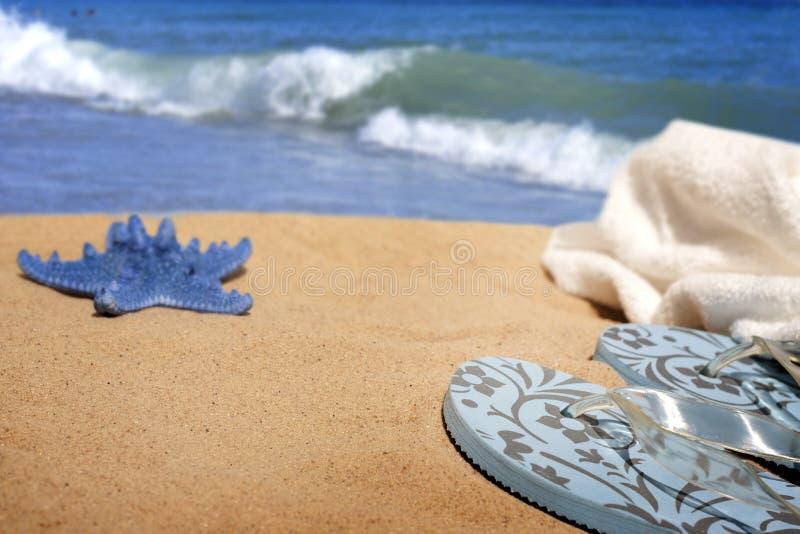 Ropa de playa en el fondo de las vacaciones del día de fiesta del mar fotos de archivo libres de regalías