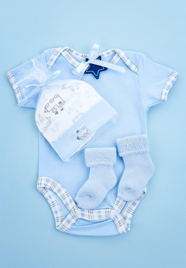 Ropa del bebé azul para el muchacho infantil foto de archivo