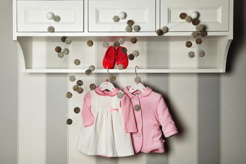 Ropa del bebé, concepto de moda del niño Ropa y accesorios planos del ` s de los niños de la endecha Fondo de la plantilla del be fotos de archivo libres de regalías