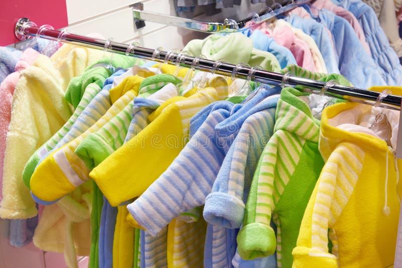 Ropa del bebé en tienda fotografía de archivo