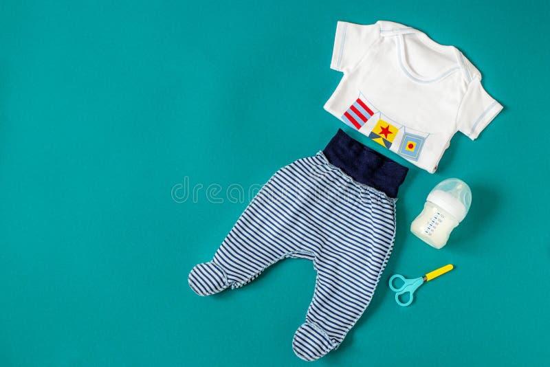 Ropa Del Bebe Pantalones Y Camiseta Concepto De Recien Nacidos Maternidad Cuidado Forma De Vida Foto De Archivo Imagen De Bebe Vida 120405650