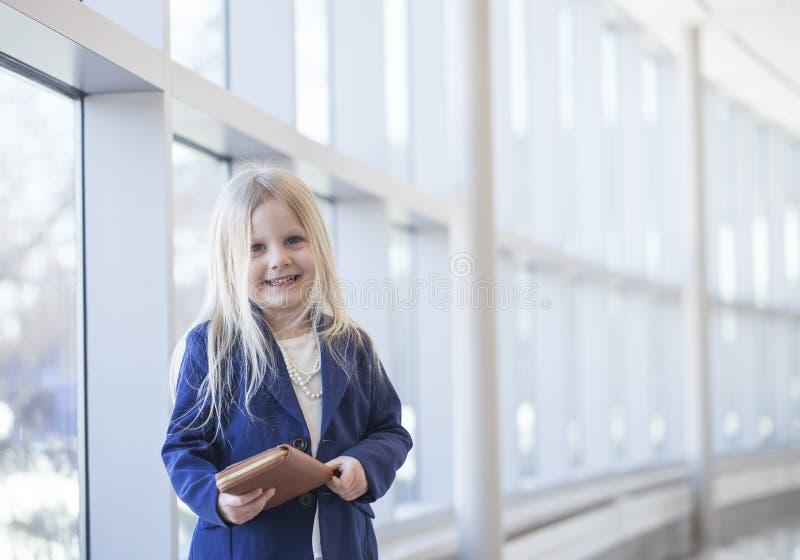 Ropa del estilo de la oficina de la niña que lleva feliz hermosa fotografía de archivo libre de regalías