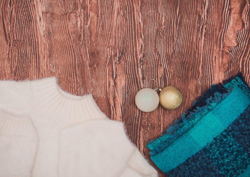 Ropa del invierno Moda ligera hermosa de las señoras en un fondo de madera foto de archivo
