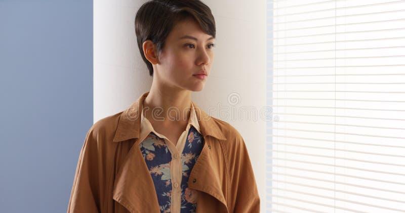 Ropa del vintage de la mujer que lleva china hermosa foto de archivo